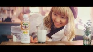 Ami/ブルボン おいしいココナッツミルク「カフェ」篇0011