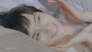 ホラン千秋 クラシエ 肌美精ナイトスリーピングセラム 「ぷるん」篇0013
