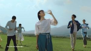 萬波ユカ / い・ろ・は・す 「い・ろ・は・す 水源からの水柱」篇0001