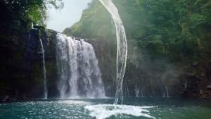 萬波ユカ / い・ろ・は・す 「い・ろ・は・す 水源からの水柱」篇0003