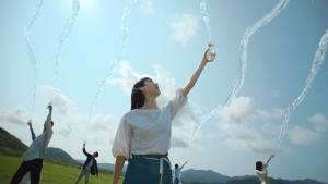 萬波ユカ / い・ろ・は・す 「い・ろ・は・す 水源からの水柱」篇0007