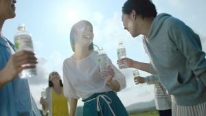 萬波ユカ / い・ろ・は・す 「い・ろ・は・す 水源からの水柱」篇0008