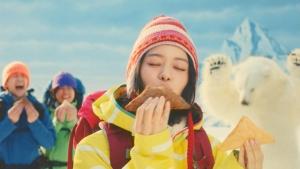 山本舞香 三角チョコパイ 黒・白「食べてないのは私だけ?!」篇0010