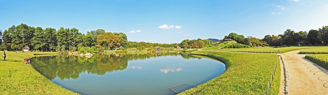 20181018 後楽園今日の午後の沢の池越しに眺めた園内ワイド風景 (1)