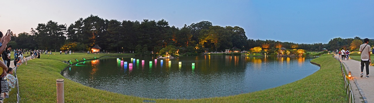20190803 今日の後楽園夏の幻想庭園内沢の池の幻想夏色灯篭ワイド風景 (1)