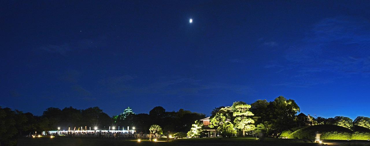 20190807 後楽園今日の夏の幻想庭園イベント広場から眺めた天空の七日月と星空ワイド風景 (1)