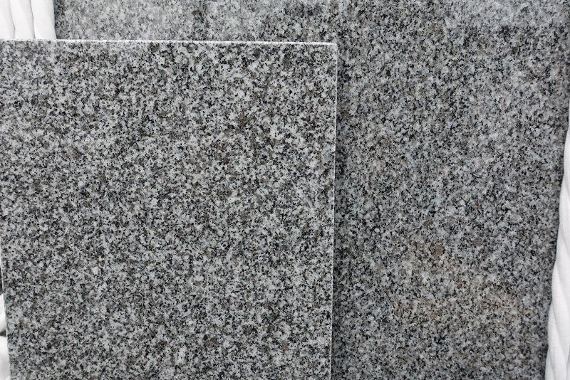 一級大島石墓石(右)と特級サンプル(左)