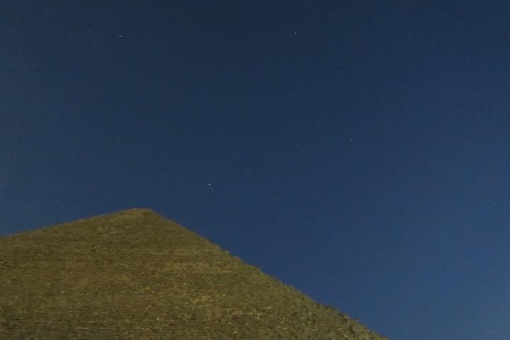 夜のクフ王ピラミッド