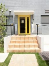 西側エントランス階段(黄色い扉側)