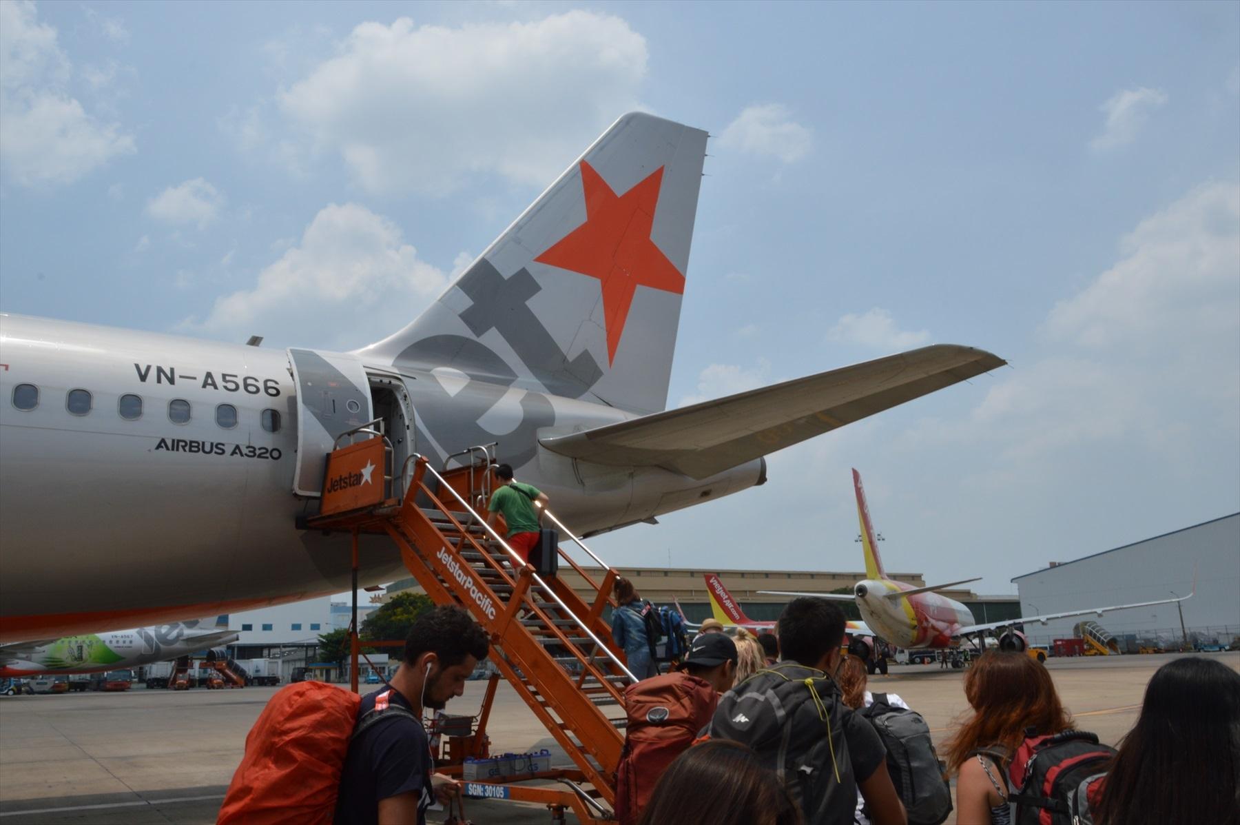 飛行機の前後から同時に客を乗せる風景