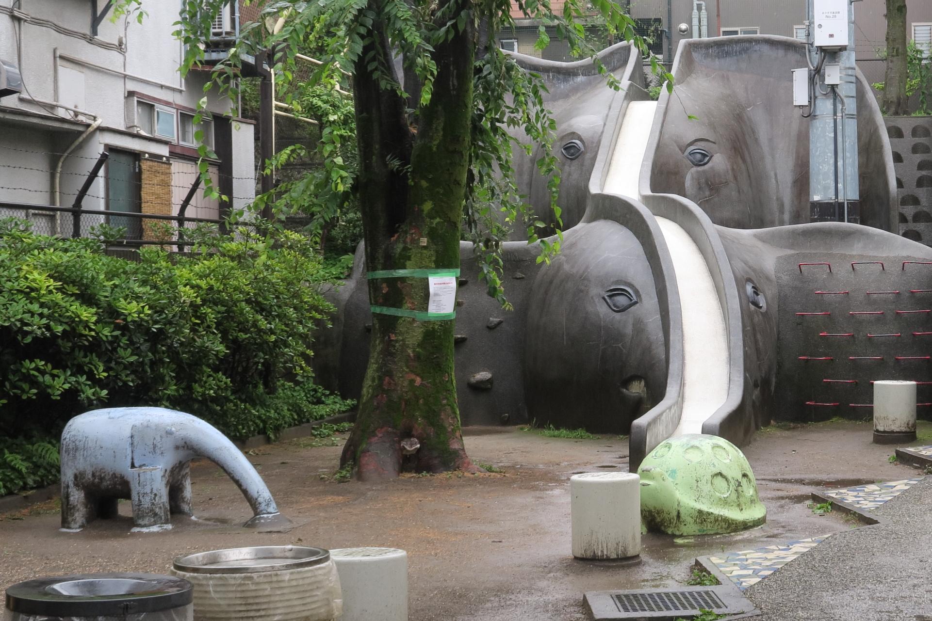 雨の日の児童公園