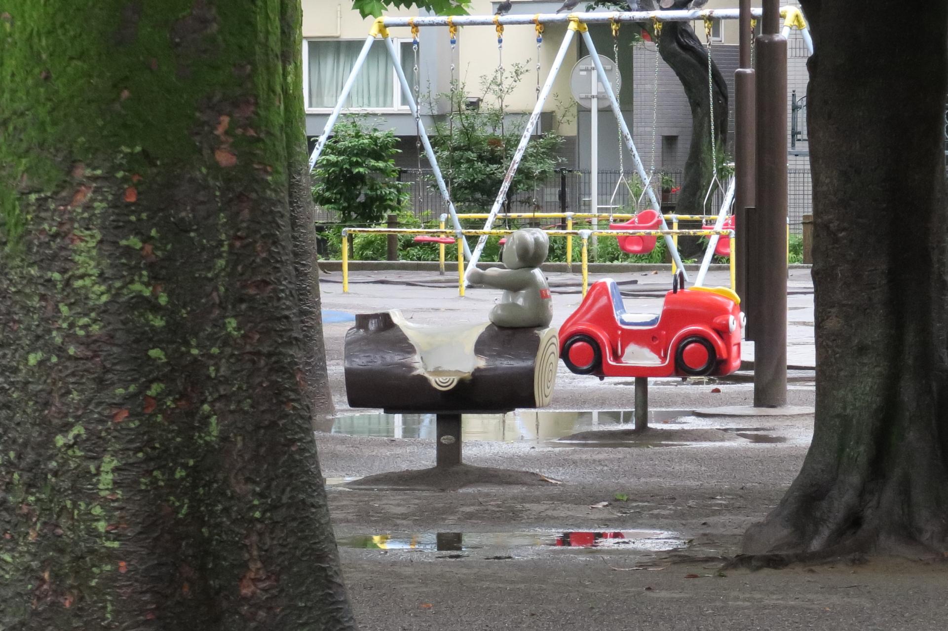 雨の朝の児童公園