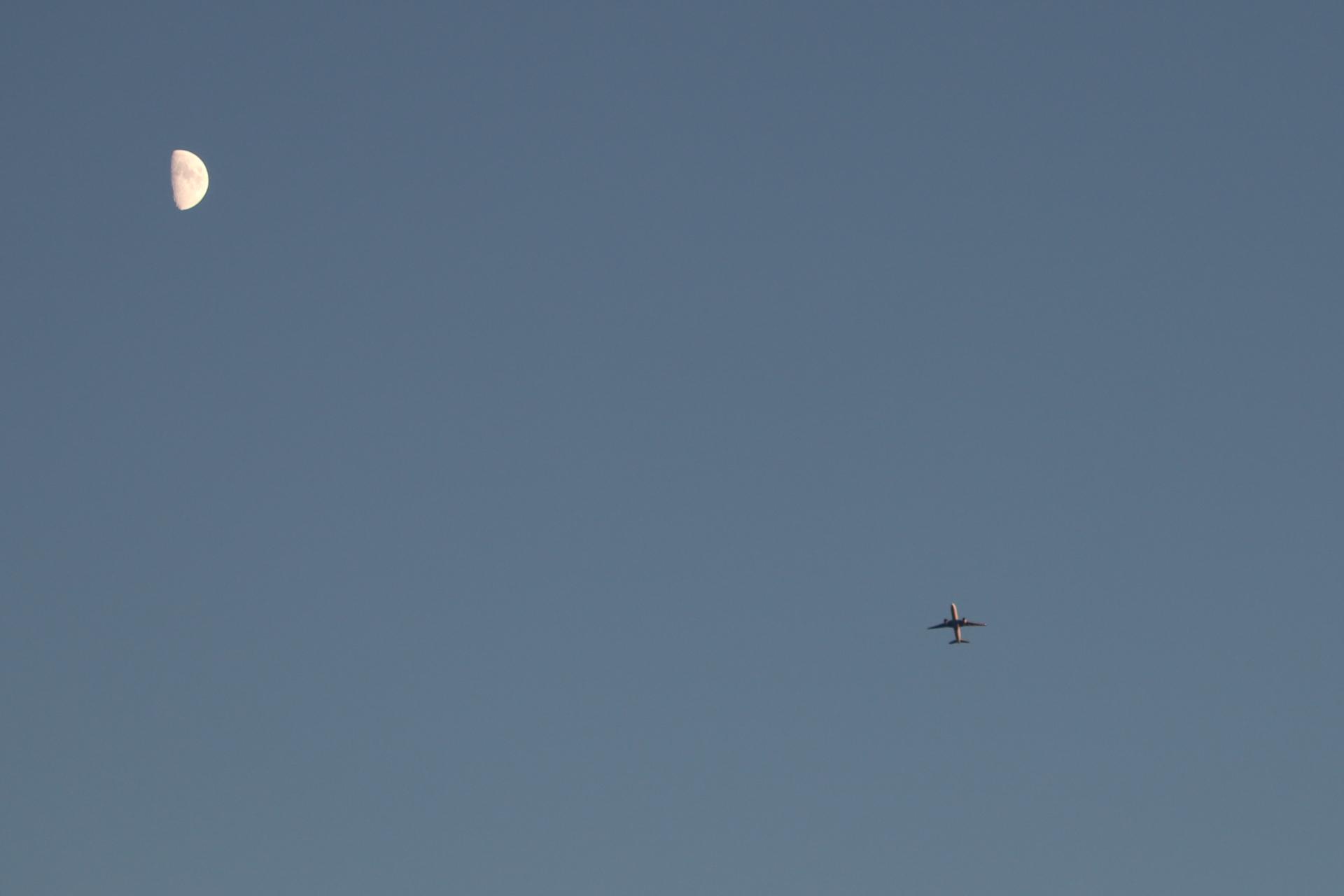 月と飛行機