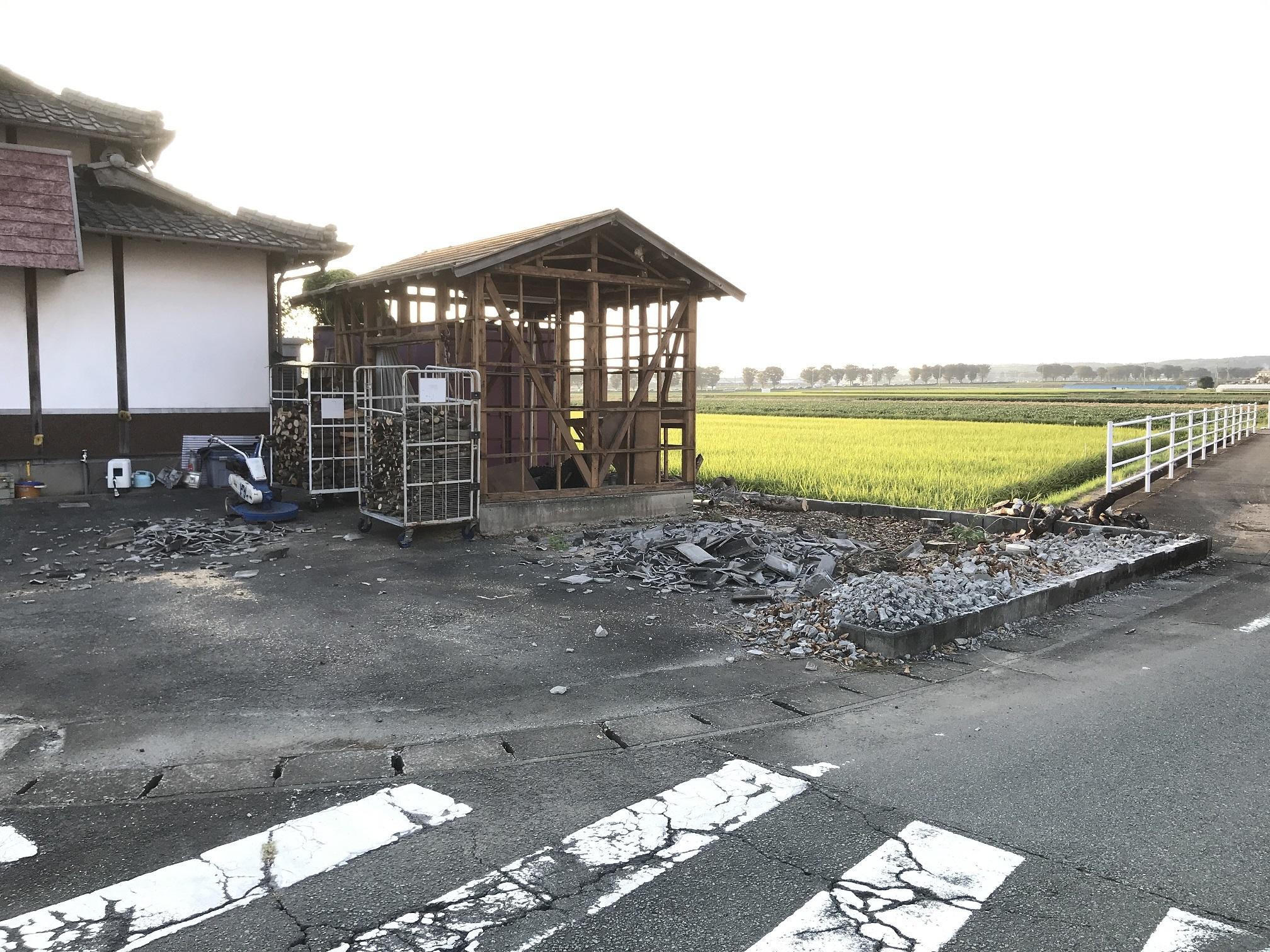 9/18木を伐採後と壁破壊後の小屋
