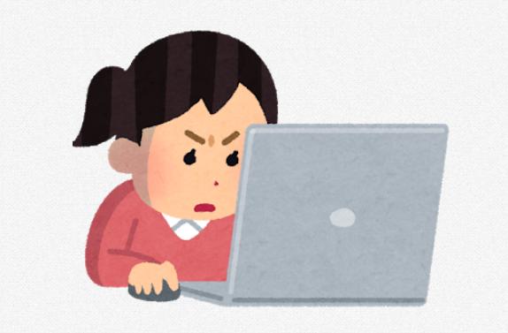 パソコンを見つめる女性