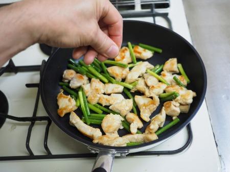 鶏むね肉と茎にんにくのうま塩054