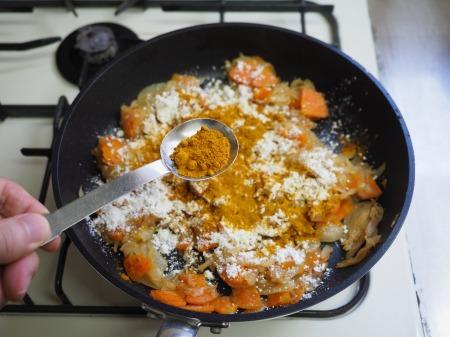 カレー粉で作る鶏むね肉カレ070