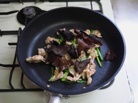 豚肉とにら、きくらげの卵炒め057