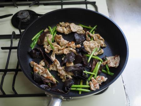 豚肉とにら、きくらげの卵炒め058
