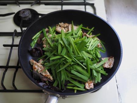豚肉とにら、きくらげの卵炒め059