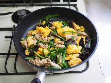 豚肉とにら、きくらげの卵炒め065