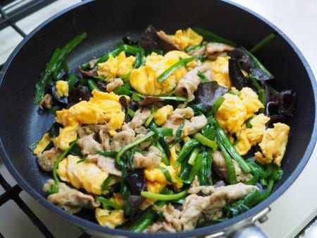 豚肉とにら、きくらげの卵炒め068