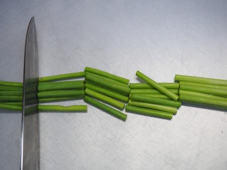 せせりと茎にんにくの塩炒め028