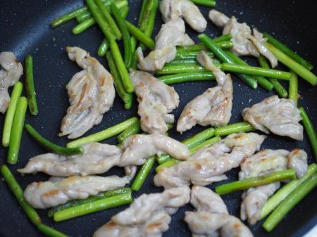 せせりと茎にんにくの塩炒め055
