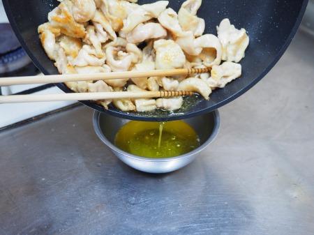 鶏皮のピリ辛味噌炒め煮042