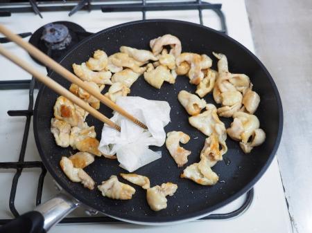 鶏皮のピリ辛味噌炒め煮045
