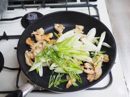 鶏皮のピリ辛味噌炒め煮046