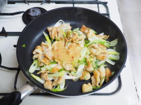 鶏皮のピリ辛味噌炒め煮049