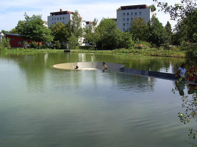 変った公園のベンチの画像(1枚目)