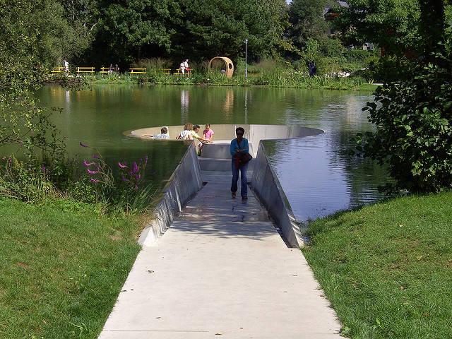変った公園のベンチの画像(3枚目)