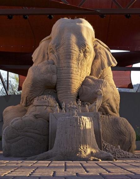 砂で作られたゾウの彫刻の画像(1枚目)