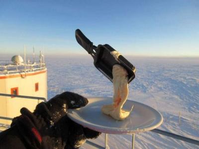 南極で食べ物を外に放置01