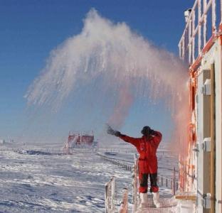 南極で食べ物を外に放置08
