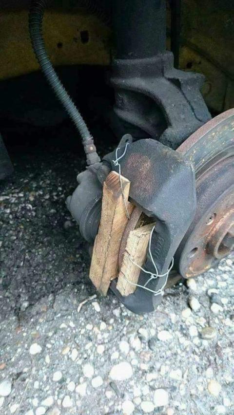 凄まじい方法で修理されている自動車01