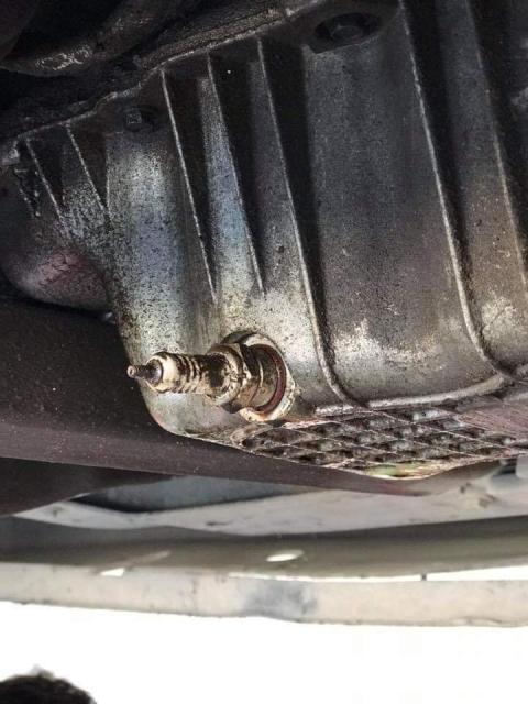 凄まじい方法で修理されている自動車03