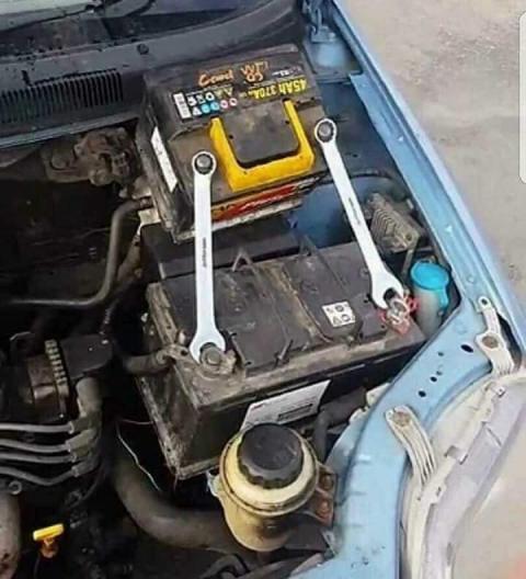 凄まじい方法で修理されている自動車05