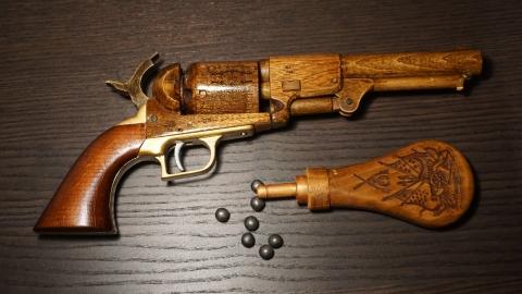木で再現されたリボルバーの拳銃01