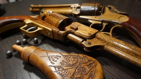 木で再現されたリボルバーの拳銃02