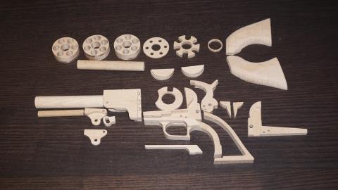 木で再現されたリボルバーの拳銃04