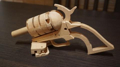 木で再現されたリボルバーの拳銃06
