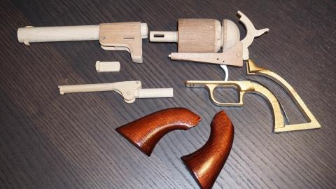 木で再現されたリボルバーの拳銃09