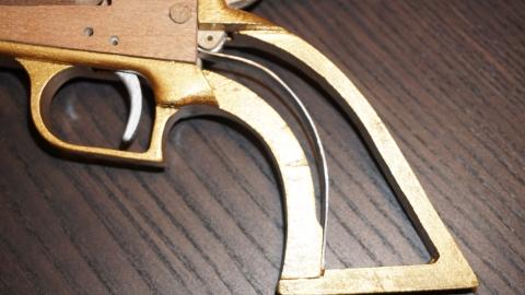 木で再現されたリボルバーの拳銃10