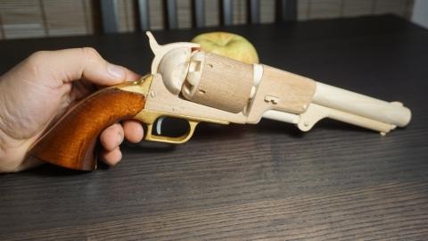 木で再現されたリボルバーの拳銃11