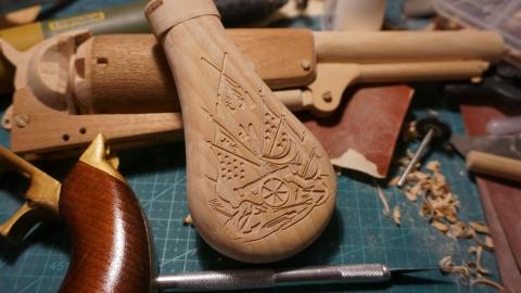 木で再現されたリボルバーの拳銃13