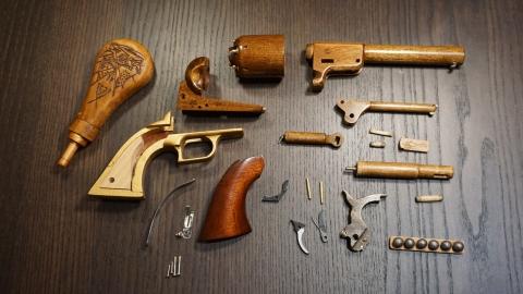 木で再現されたリボルバーの拳銃14