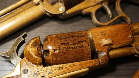 木で再現されたリボルバーの拳銃15